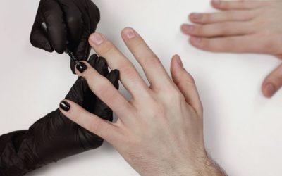 La última moda en chicos: las uñas pintadas